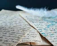Witte veer op oude documenten Royalty-vrije Stock Afbeeldingen