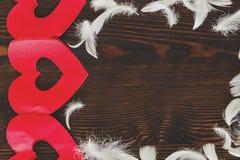 Witte veren en rode harten Stock Foto