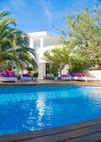 Witte villa met groen en bedden royalty-vrije stock afbeelding