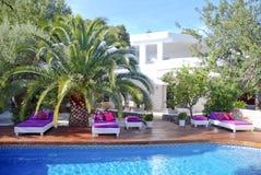Witte villa met zitkamerpool stock fotografie