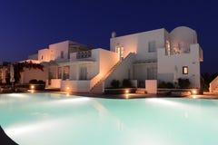 Witte villa's dichtbij pool van een luxetoevlucht bij nacht stock fotografie