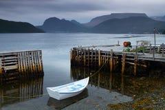 Witte vissersboot stock afbeeldingen
