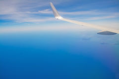 Witte vliegtuigvleugel in de blauwe hemel Royalty-vrije Stock Fotografie