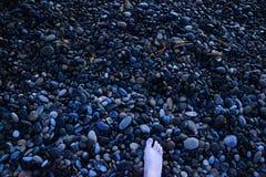 Witte voet op strandstenen royalty-vrije stock afbeelding