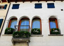 Witte voorgevel en gebloeid van een gebouw in Oderzo in de provincie van Treviso in Veneto (Italië) Royalty-vrije Stock Foto