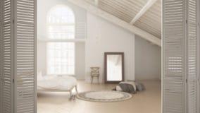 Witte vouwende deur die op Skandinavische slaapkamer, zolder met houten stralen openen, wit binnenlands ontwerp, het concept van  royalty-vrije stock afbeelding