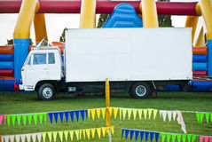Witte vrachtwagen bij pretmarkt Stock Afbeelding