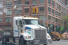 Witte vrachtwagen in de stadsstraat van New York royalty-vrije stock fotografie