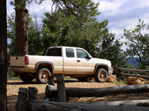 Witte vrachtwagen die op een vooruitzichtpunt wordt geparkeerd Stock Foto