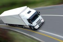 Witte vrachtwagen en aanhangwagen Stock Foto's