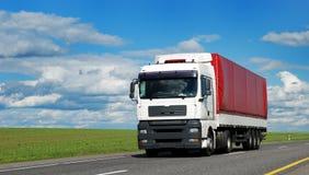 Witte vrachtwagen met rode aanhangwagen Stock Fotografie