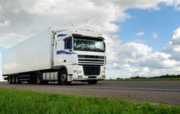 Witte vrachtwagen met witte aanhangwagen Stock Afbeelding