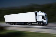 Witte vrachtwagen op higway Stock Afbeeldingen