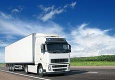 Witte vrachtwagen op landweg Stock Fotografie