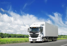 Witte vrachtwagen op weg Royalty-vrije Stock Afbeelding