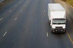 Witte vrachtwagen op weg Stock Afbeelding