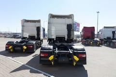 Witte vrachtwagenstribune in lijn Royalty-vrije Stock Afbeeldingen