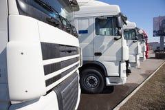 Witte vrachtwagenstribune in lijn Stock Fotografie