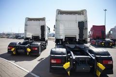 Witte vrachtwagenstribune in lijn Stock Afbeeldingen