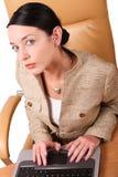 witte vrouw die aan laptop - slimme dicht omhoog geïsoleerde zaken werkt - royalty-vrije stock afbeeldingen