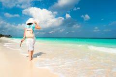 Witte vrouw die langs de kust lopen Stock Fotografie