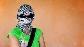 Witte vrouw in keffiyeh en zonnebril vóór safar Royalty-vrije Stock Foto's