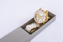 Witte vrouwen` s horloges in de grijze doos royalty-vrije stock foto's