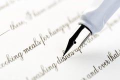 Witte vulpen die een brief schrijven stock foto's
