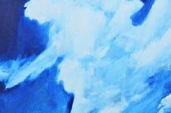 Witte waterverfverven op een blauw canvas stock afbeelding