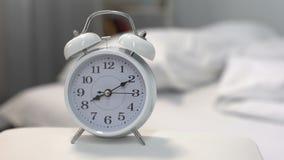 Witte wekker op nachtlijst dichtbij bed, tijdbeheer, het slapen uren stock video
