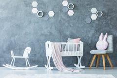 Witte wieg in kind` s slaapkamer Stock Afbeelding