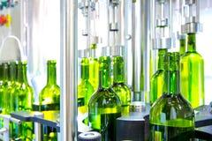 Witte wijn in bottelmachine bij wijnmakerij Stock Afbeeldingen