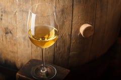 Witte wijn dichtbij een vat stock foto's