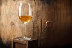 Witte wijn dichtbij een vat royalty-vrije stock fotografie