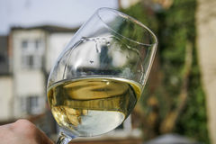 Witte wijn die in een glas wervelen stock afbeelding