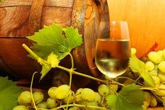 Witte wijn met druiven en een wijnvat Royalty-vrije Stock Foto