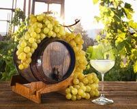 Witte wijn met druiven en vat royalty-vrije stock fotografie