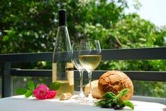 Witte wijn met glazen Stock Foto's
