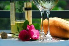 Witte wijn met glazenclose-up Royalty-vrije Stock Afbeeldingen