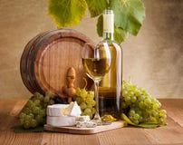 Witte wijn met kaas en blauwe druivensnack royalty-vrije stock foto's