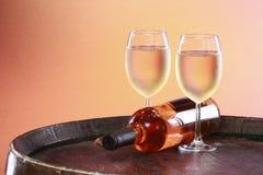 Witte wijn op een vatbovenkant stock foto