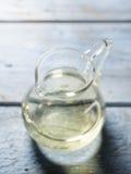 Witte wijn in oude karaf Stock Fotografie