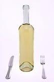 Witte wijnfles met vork en mes stock afbeeldingen