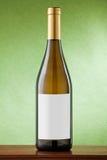 Witte wijnfles op groene achtergrond. Royalty-vrije Stock Foto's