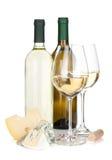 Witte wijnflessen, twee glazen, kaas en kurketrekker Royalty-vrije Stock Afbeelding