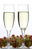Witte wijnglazen en druiven Royalty-vrije Stock Foto
