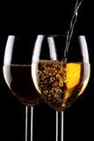 Witte wijnglazen op zwarte Stock Afbeeldingen