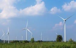 Witte windturbines in de alternatieve duurzame energie van de windenergiepost van aard Royalty-vrije Stock Fotografie