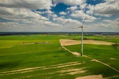 Witte windturbines op een gebied, satellietbeeld, Polen royalty-vrije stock fotografie