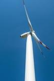 Witte windturbogenerator op de blauwe achtergrond Stock Afbeeldingen